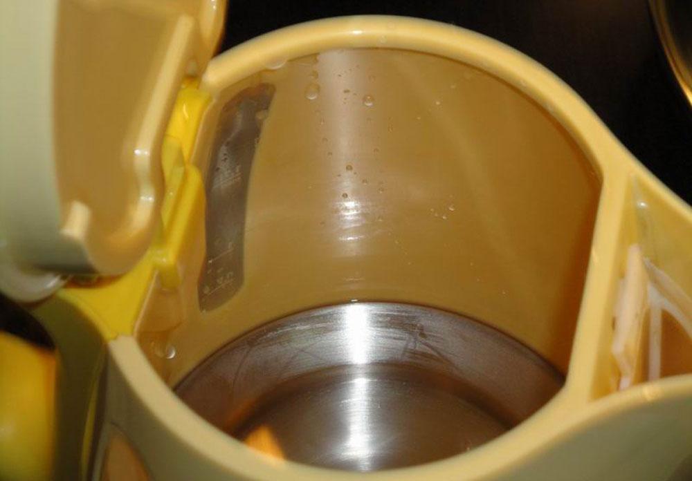 Использовать уксус для чистки чайника от накипи