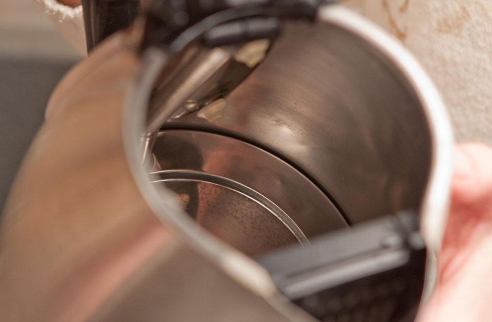 Как почистить электрочайник содой